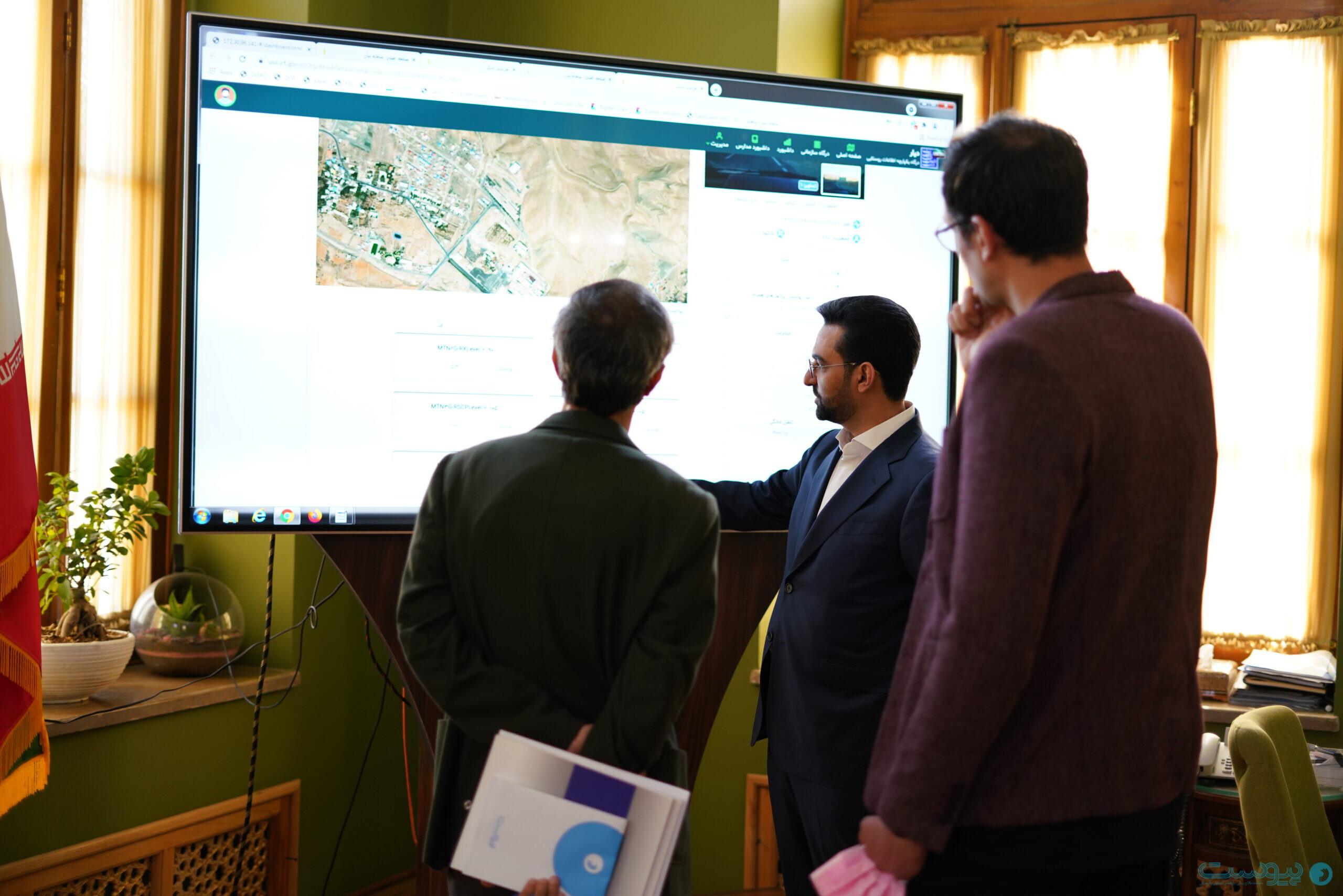 آذری جهرمی وزیر ارتباطات و فناوری اطلاعات در حال توضیح درباره سامانه پاییش شبکه در سراسر کشور